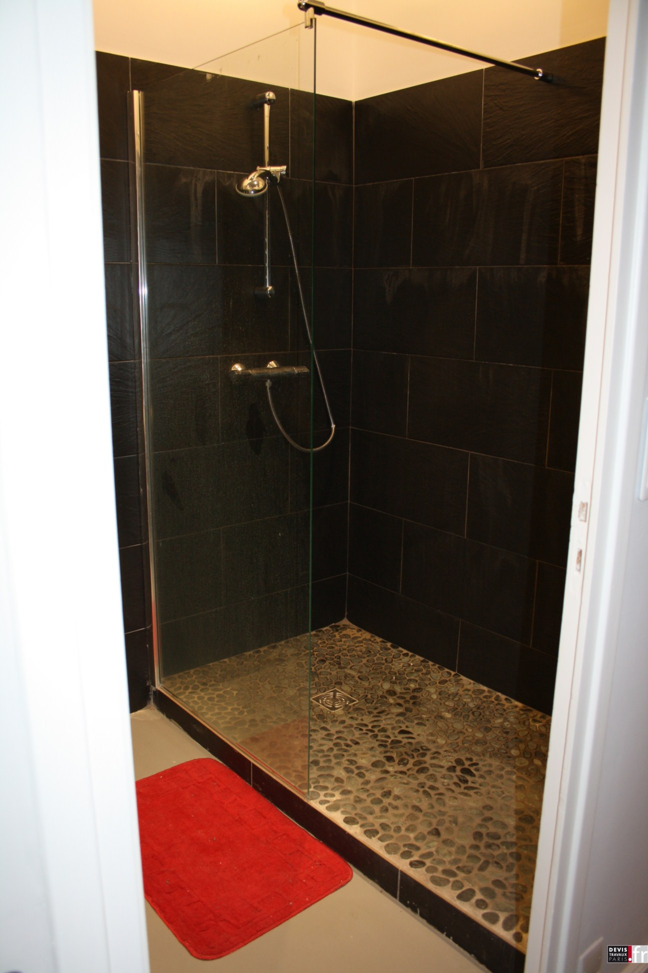 La pose de carrelage comment poser son carrelage for Photo salle de bain avec douche italienne